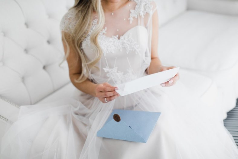 Nevěsta čte svatební přání