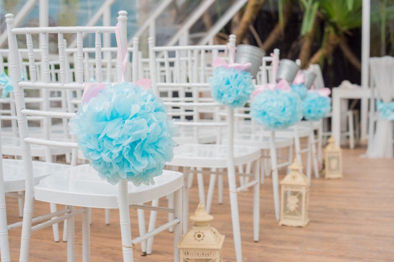 Svatební pom pomy jako dekorace svatebních židlí
