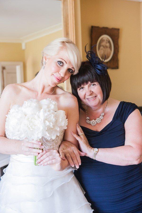 Modré šaty na svatbu pro maminku nevěsty