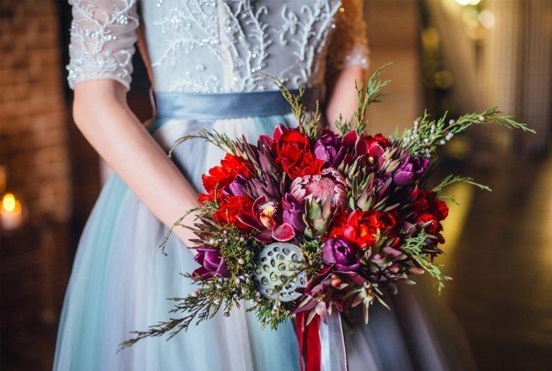 Červená podzimní svatební kytice