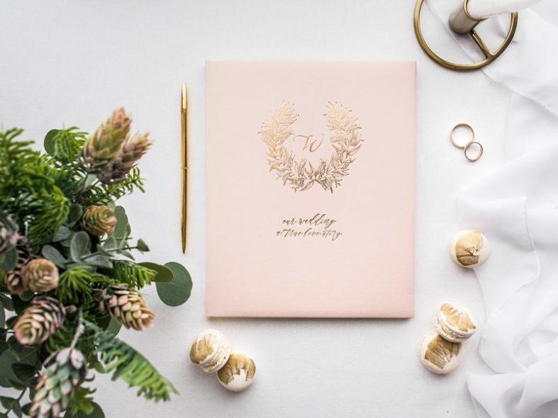 Světle růžová kniha hostů