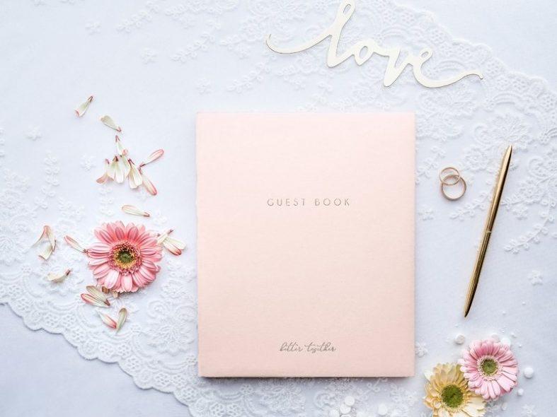 Růžová kniha svatebních hostů