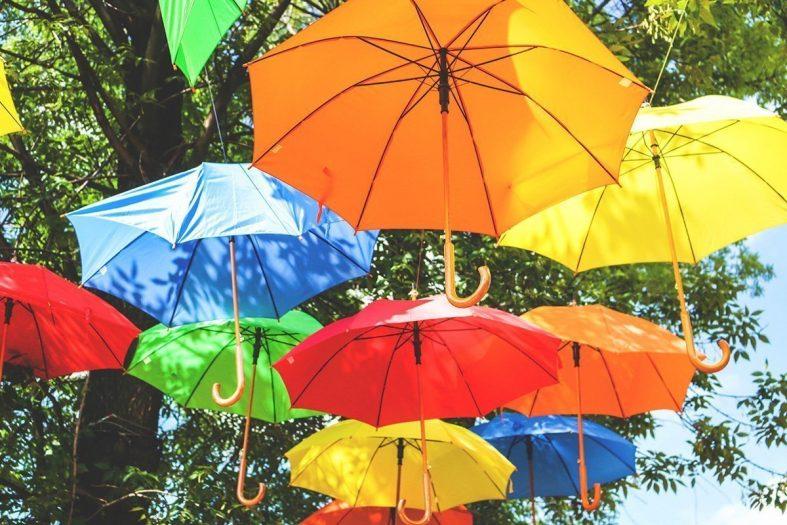 Děštníky na svatbě