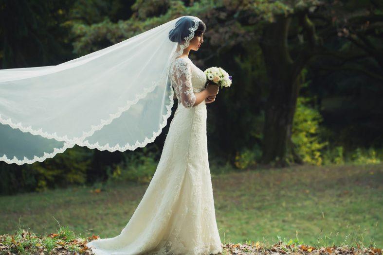 Dlouhé krajkované svatební šaty