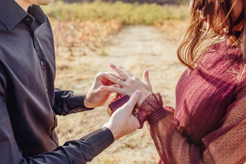 Zásnubní prsten navlečený na prsteníčku levé ruky