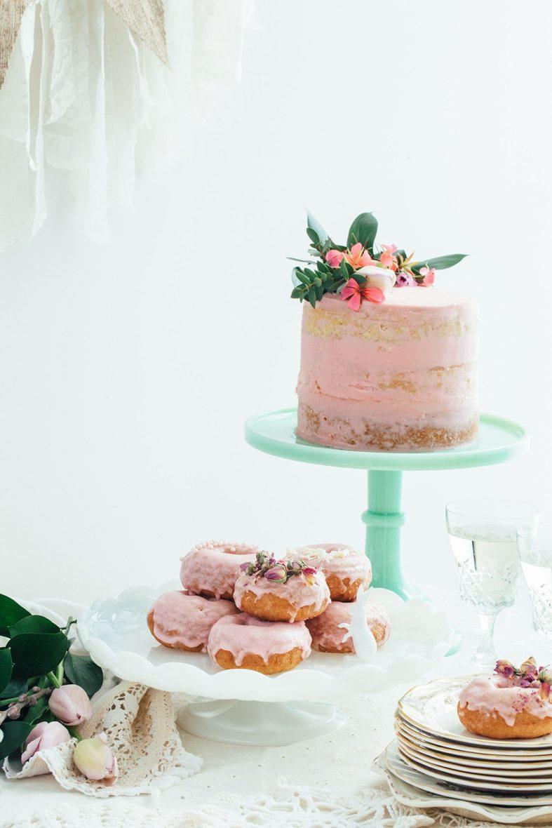 Světle růžový svatební dort