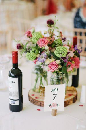 Svatební víno můžete nechat stát na stole v rámci svatební hostiny