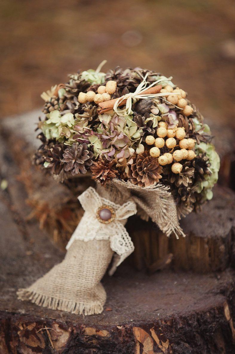 Kulatá svatební kytice se šiškami