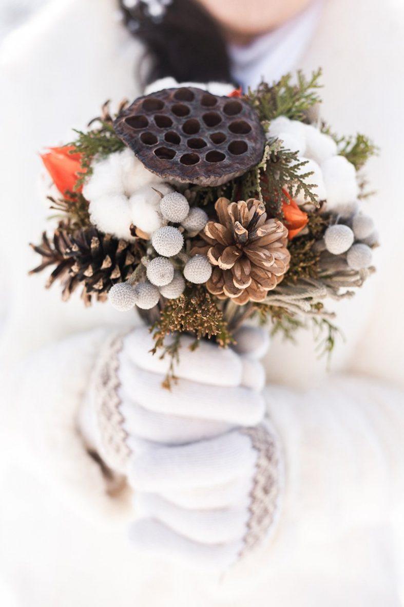 Netradiční svatební kytice se šiškami