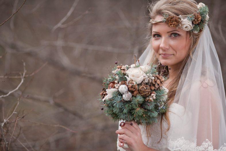 Nevěsta s kyticí a členkou ze šišek