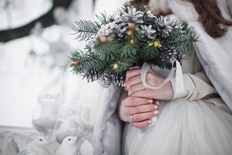 Nevěsta s kyticí z větviček a šišek