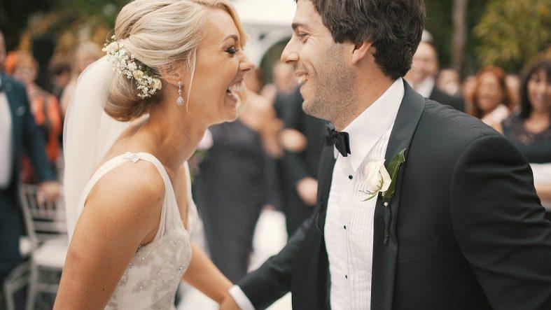Novomanželé se smějí při novomanželském tanci