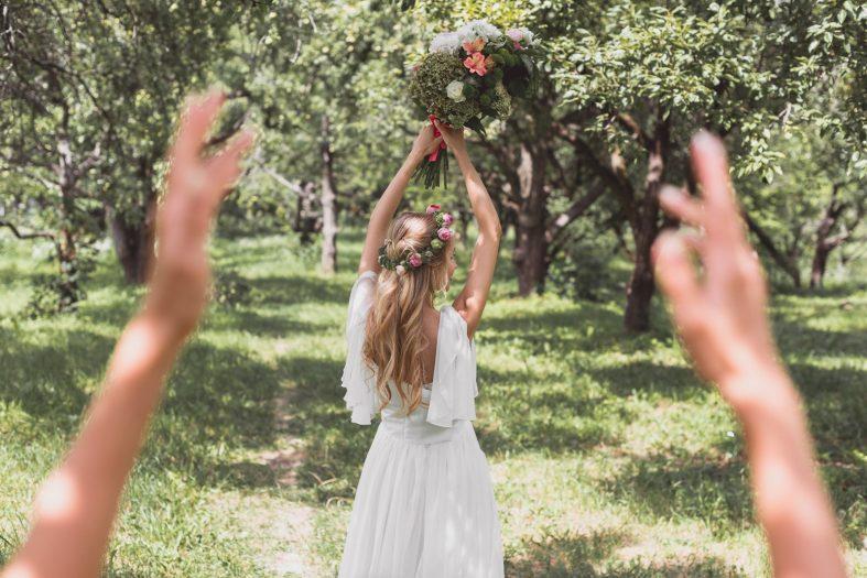 Chytání svatební kytice