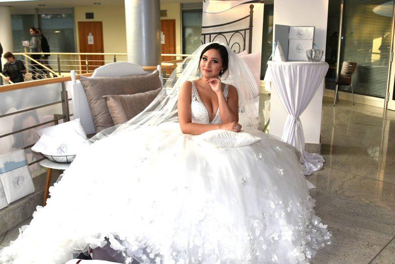 Nevěsta ve svatebních šatech na svatebním veletrhu Pardubice