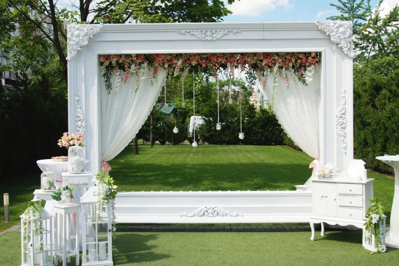 Velký rám jako svatební brána při obřadu