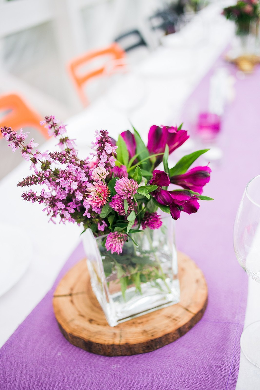 Jemná luční kytice jako dekorace na svatební stůl
