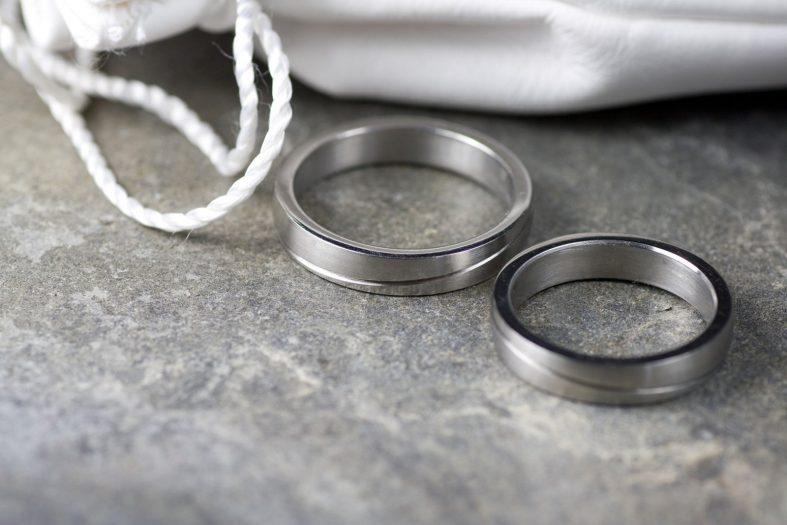 Masivní ocelové snubní prsteny
