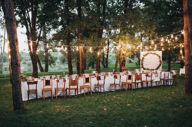 Svatební hostina v lese