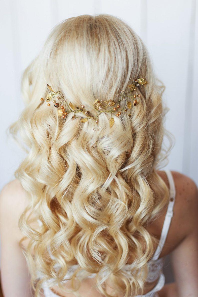 Svatební účes z dlouhých vlasů sepnutých ozdobou