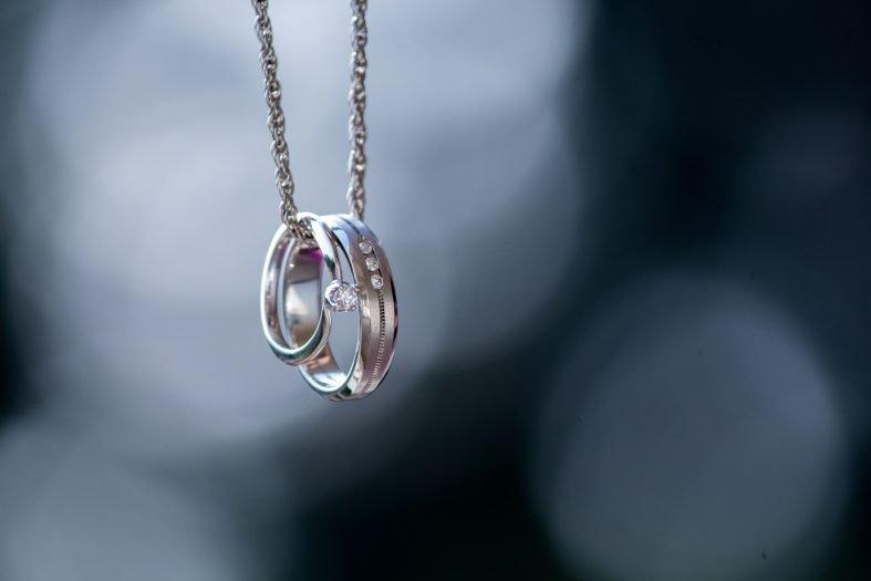 Nákupem stříbrných snubních prstenů neuděláte chybu