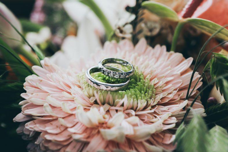 Stříbrné snubní prstýnky osázené diamanty