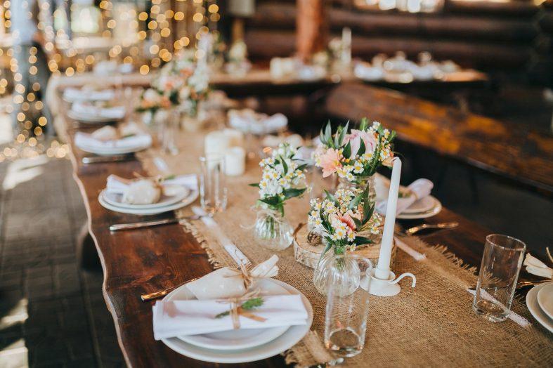 Svatební výzdoba stolu na hostinu