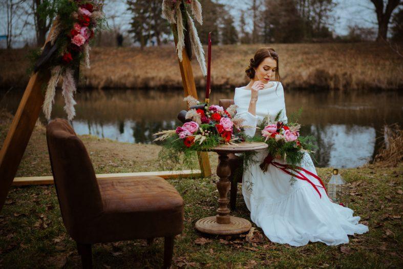 Hnědý dřevěný svatební stůl