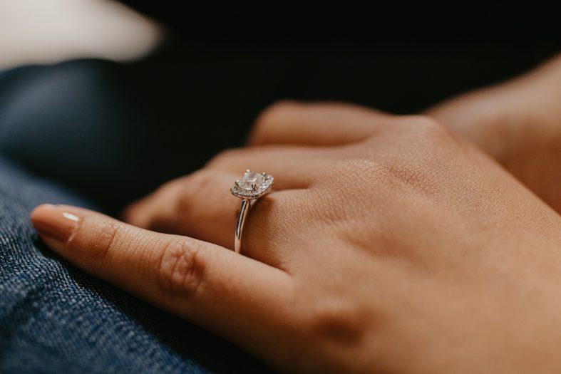Dražší zásnubní prsten s diamanty