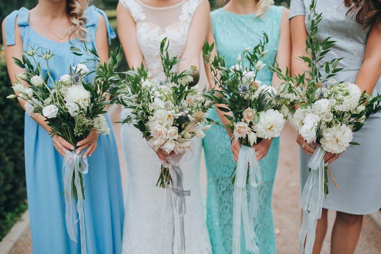 Družičky barevně sladěné s barvou svatby