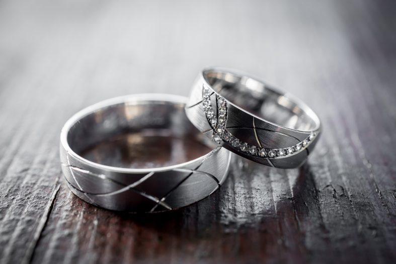 Snubní prsteny s broušeným povrchem