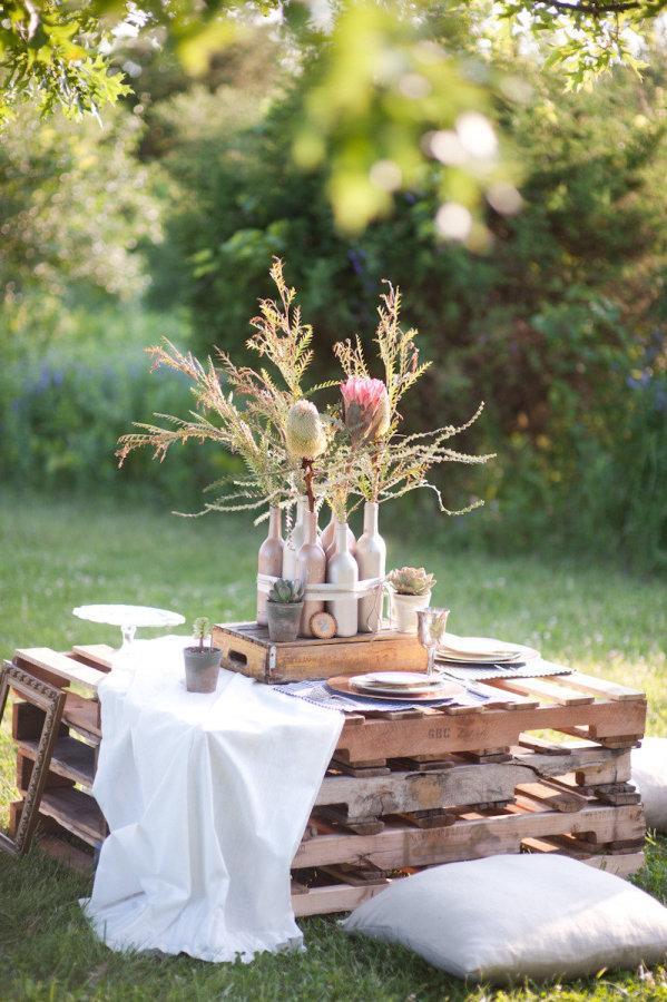 Dřevěná paleta jako stolek na svatbě