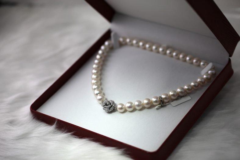 Udělejte manželce radost a darujte jí perlový náhrdelník