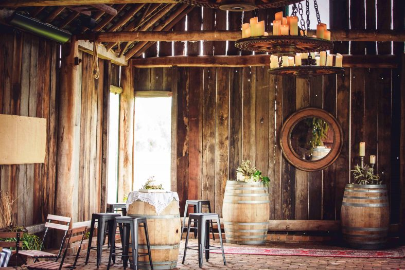 Svatební hostina ve stodole