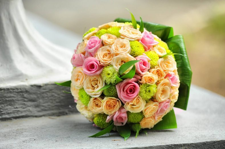 Barevná svatební kytice