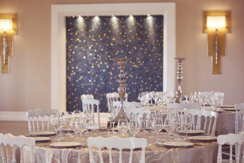 Béžově prostřená svatební tabule