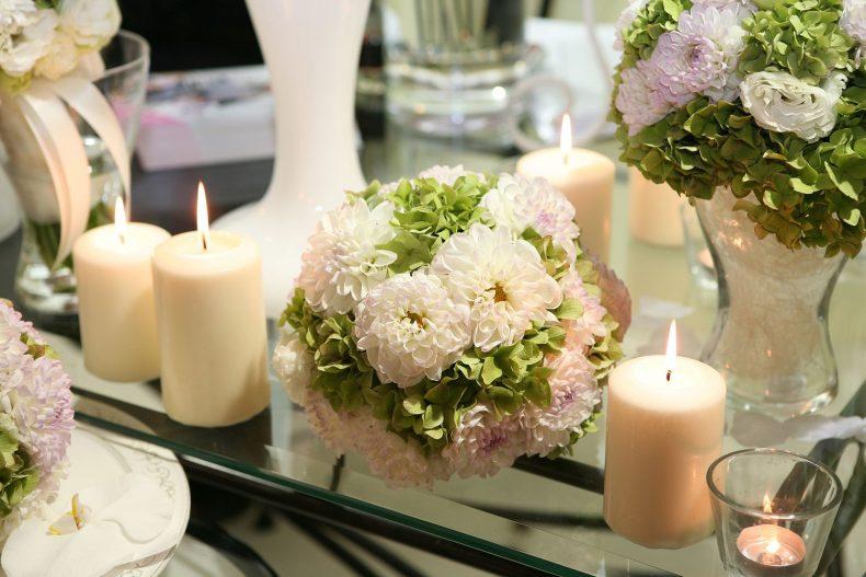 Béžovo-zelená svatební kytice z jiřin a hortenzií