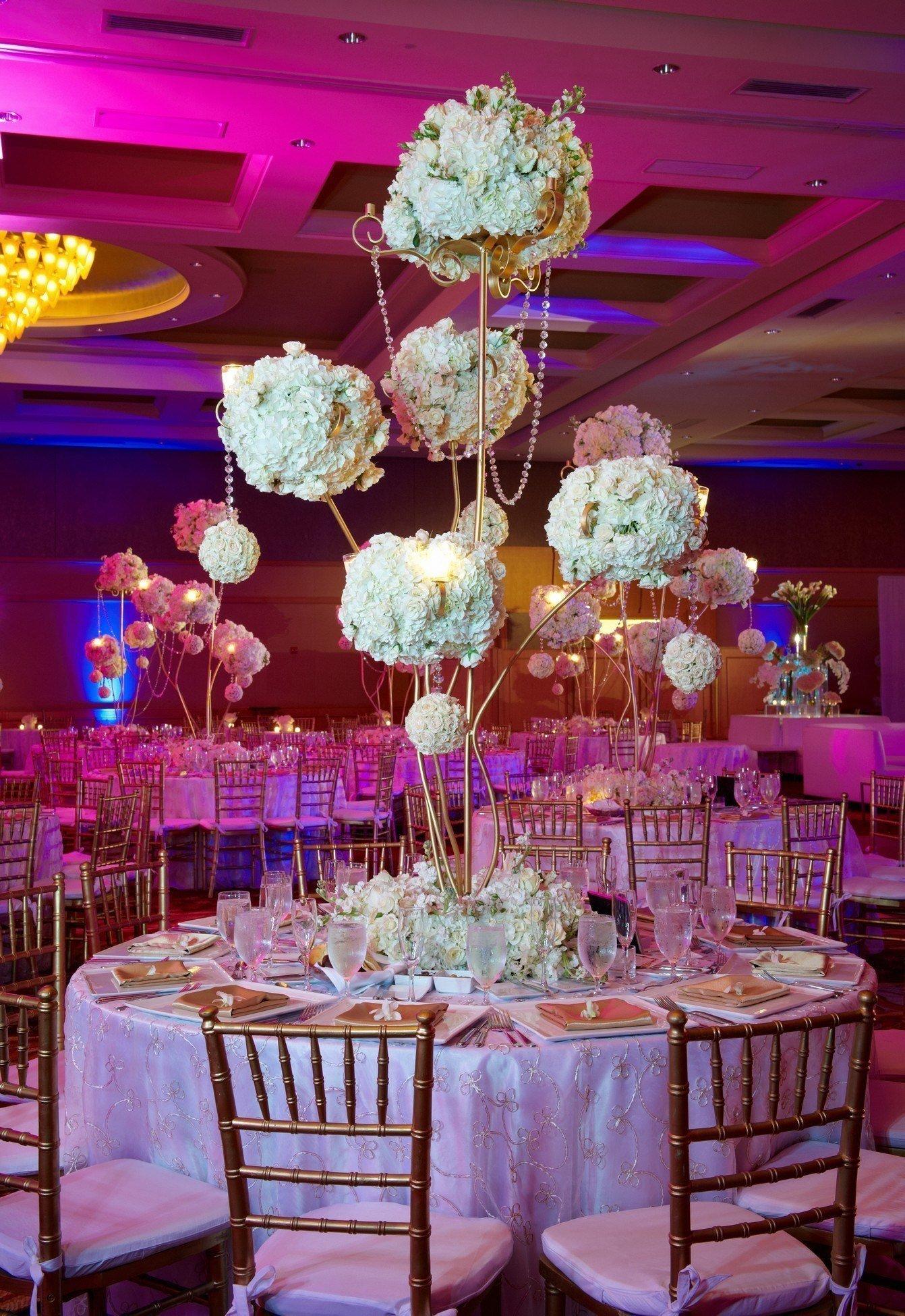 Bílá květinová výzdoba svatební hostiny