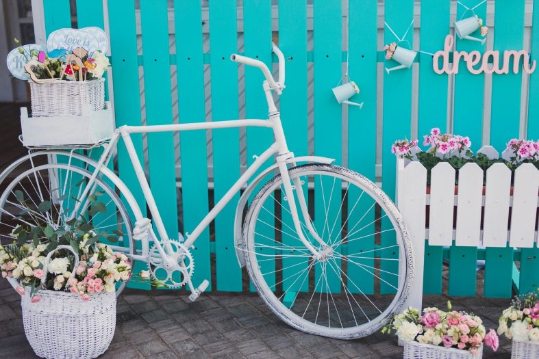 Bílé kolo - dekorace na tyrkysově-bílé svatbě