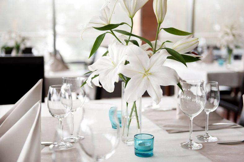 Bílé lilie jako jednoduchá dekorace svatební tabule