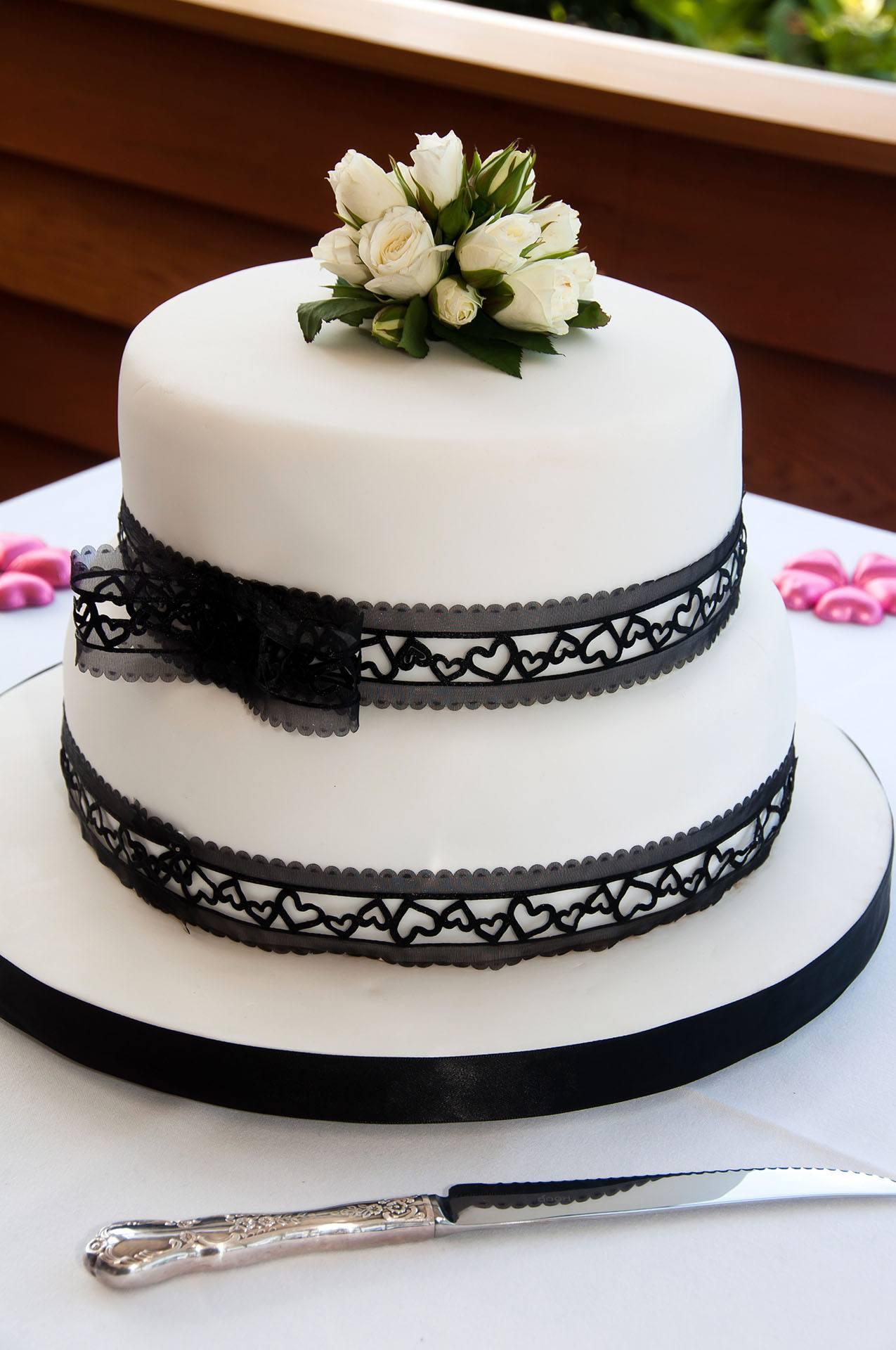 Bílo-černý patrový svatební dort s růžičkami