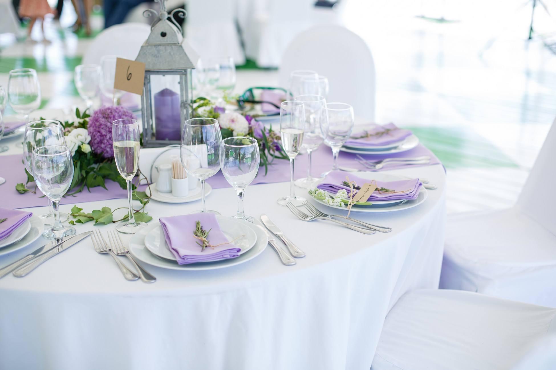 Bílo-fialová svatební tabule s levandulemi