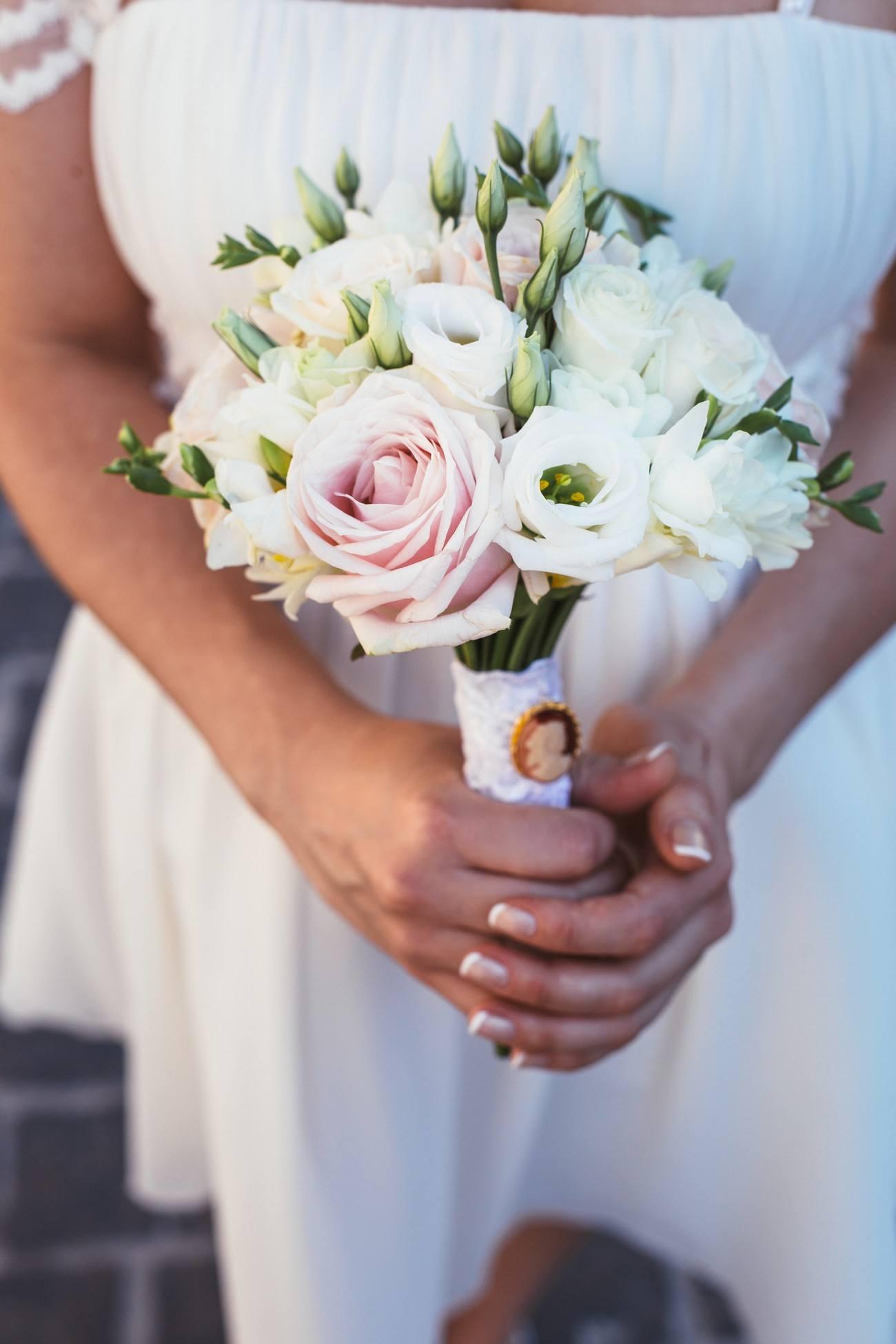 Bílo-růžová kytice z eustomy, frézií a růží