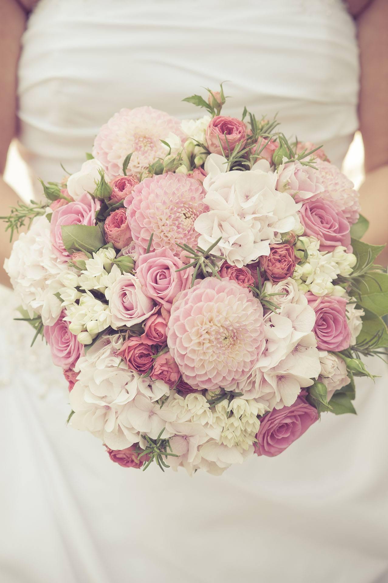 Bílo-růžová svatební kytice s jiřinami, fréziemi a hortenziemi