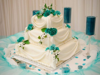 Bílo-tyrkysový patrový dort