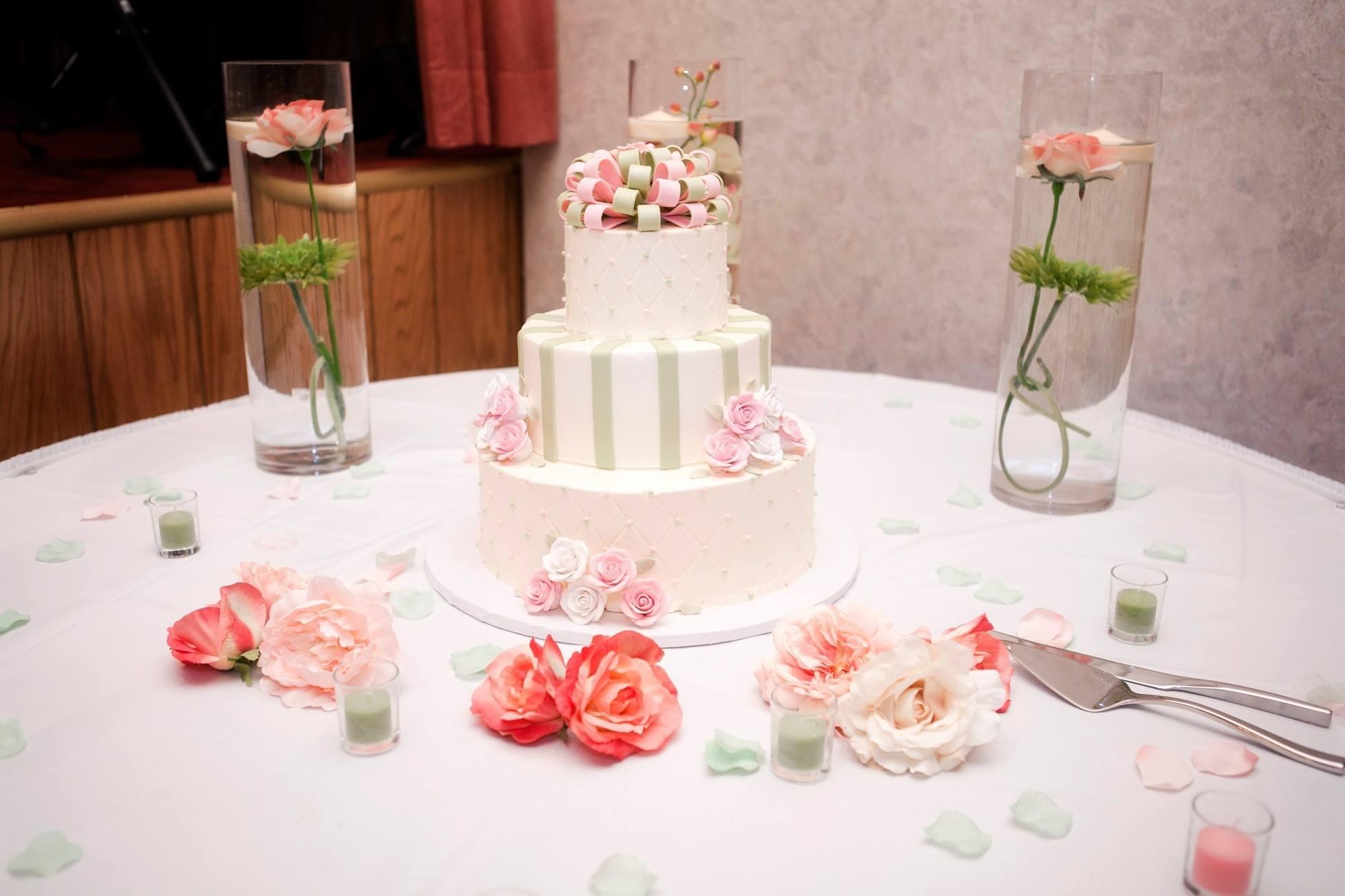 Bílo-zeleno-růžový svatební dort