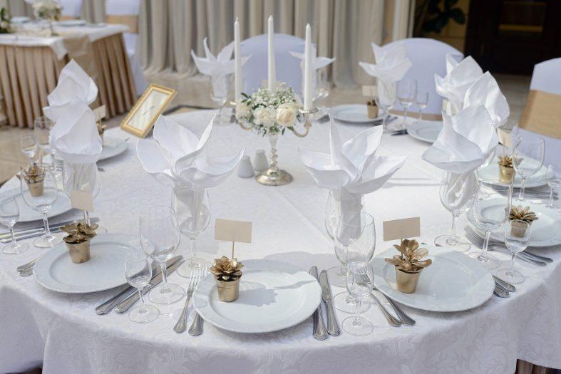 Bílo-zlatá výzdoba svatebení tabule