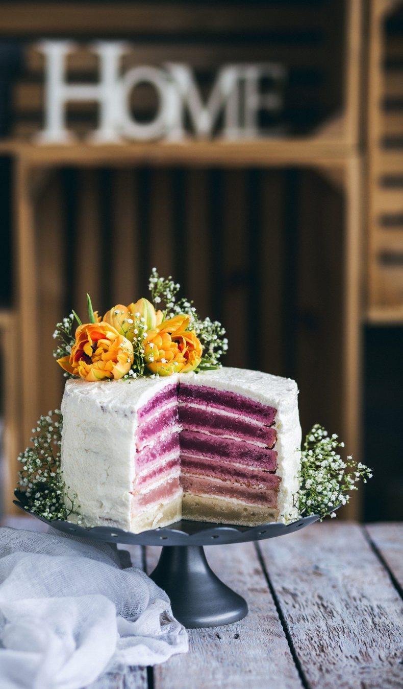 Bílý patrový dort s fialovou náplní
