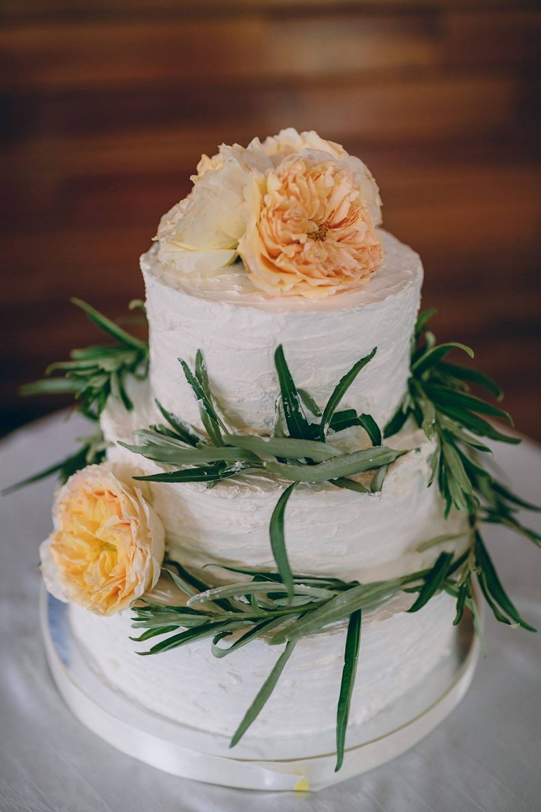 Bílý třípatrový svatební dort zdobený velkými květy