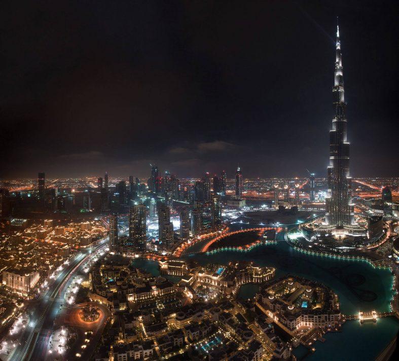 Noční Dubaj, pohled na věž Burj Khalifa