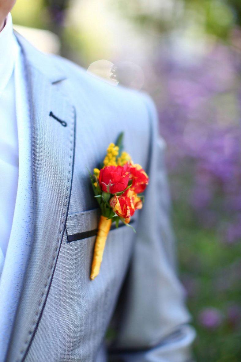 Butoniéra s červenými růžičkami